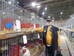 Johan staat bij kooien van de Witte Nieuw Zeelanders.